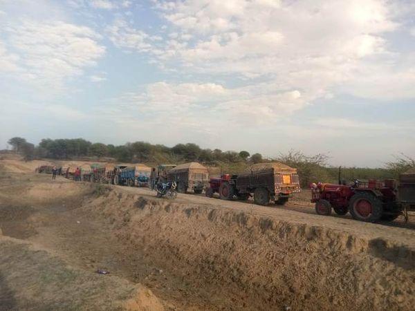नदी से अवैध बजरी लेकर निकलते वाहन - Dainik Bhaskar