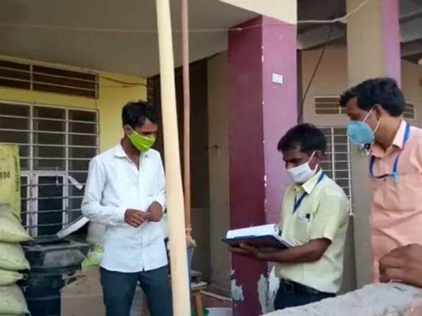 जिला मुख्यालय पर कार्रवाई करती प्रशासन की टीम। - Dainik Bhaskar