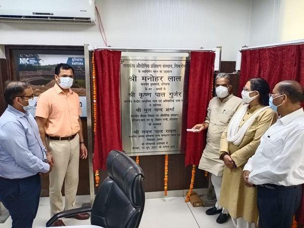 सीएम ने कई निर्माण कार्य जनता को समर्पित कर 4 स्वास्थ्य केंद्र व स्टेडियम की रखी आधारशिला। - Dainik Bhaskar