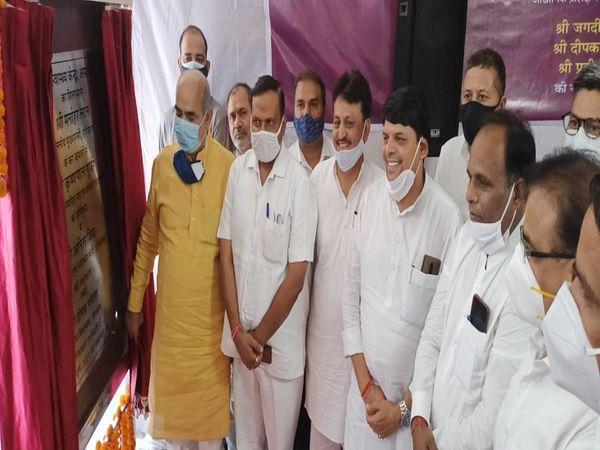 विकास योजनाओं का शिलान्यास करते परिवहन मंत्री मूलचंद शर्मा