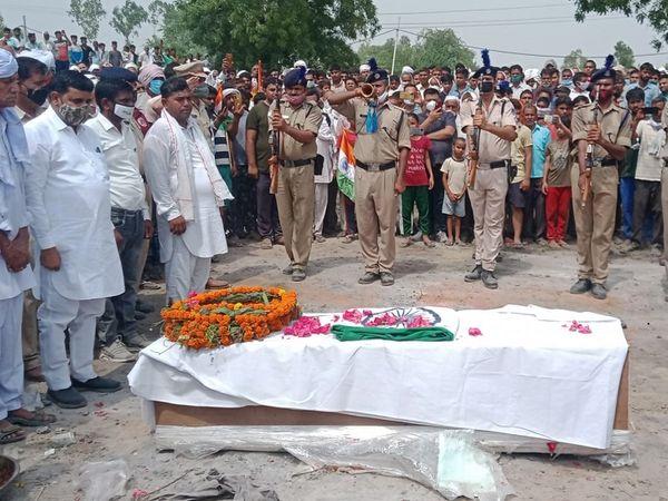 जवान रविंद्र के शव का राजकीय सम्मान के साथ अंतिम संस्कार किया गया। - Dainik Bhaskar