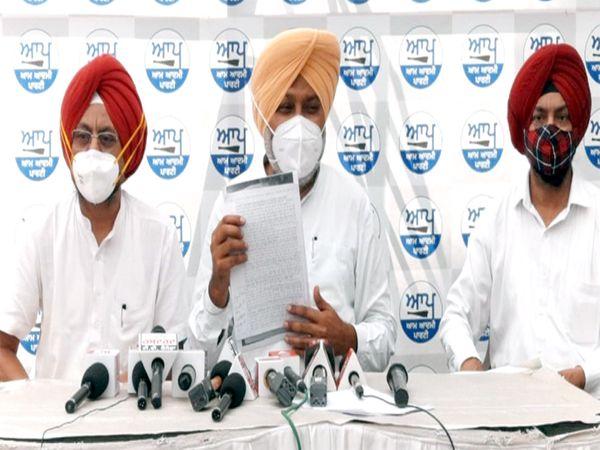 AAP नेता हरपाल सिंह चीमा ने कहा कि कांग्रेस पार्टी दलित वर्ग के लोगों के लिए कुछ नहीं कर रही। - Dainik Bhaskar