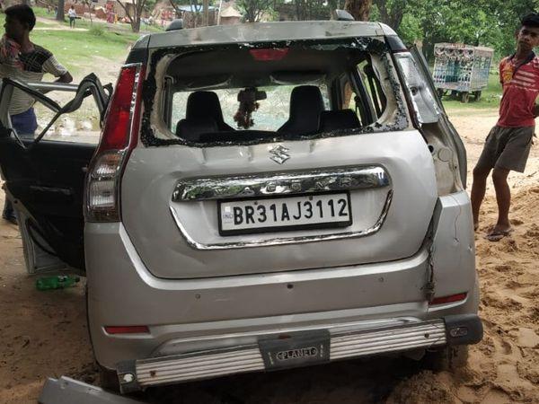 हादसे के बाद क्षतिग्रस्त कार। - Dainik Bhaskar