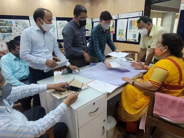 महापौर के साथ बैठक करते नगर निगम के कर्मचारी। - Dainik Bhaskar