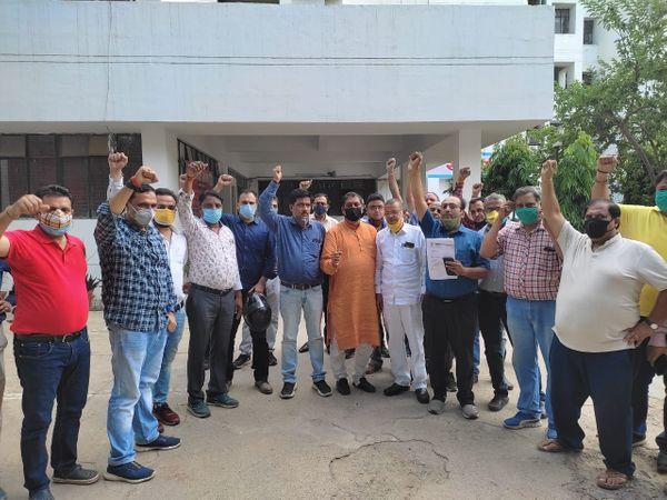 अधिकारियों के रवैये से नाराज व्यापारियों ने किया हंगामा। - Dainik Bhaskar
