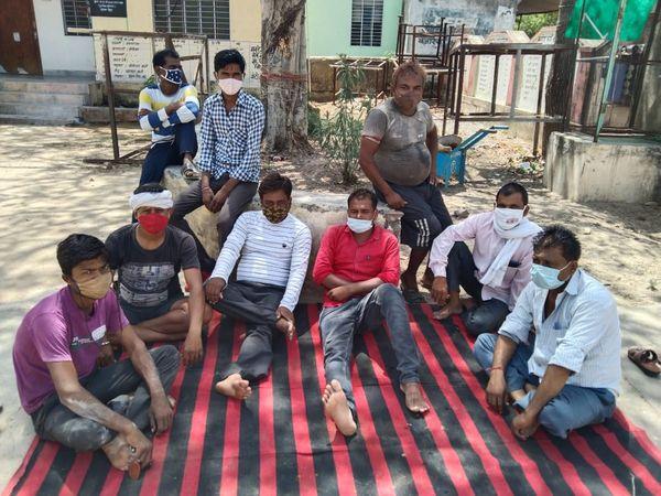 अलीगढ़ में धरने पर बैठे वार्ड के लोग। - Dainik Bhaskar