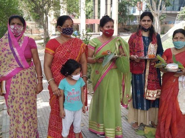 शहर में स्कीम एक में बड़ पूजा कर� - Dainik Bhaskar