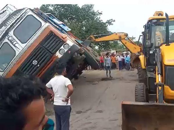 धान से लदा ट्रक कार पर गिरने के कारण वह बुरी तरह से क्षतिग्रस्त हो गई। उसमें बैठे लोग अंदर ही फंस गए। JCB बुलाकर बचाव कार्य शुरू किया गया।