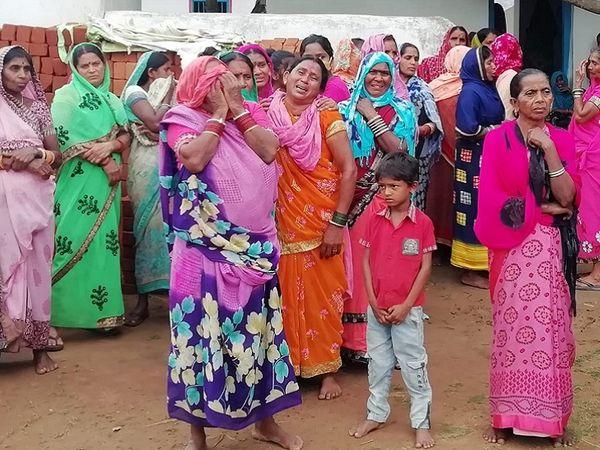 मां सहित 5 बेटियों के शव गांव पहुंचे तो परिजनों और रिश्तेदारों सहित आसपास के लोगों का रो-रो कर बुरा हाल था।