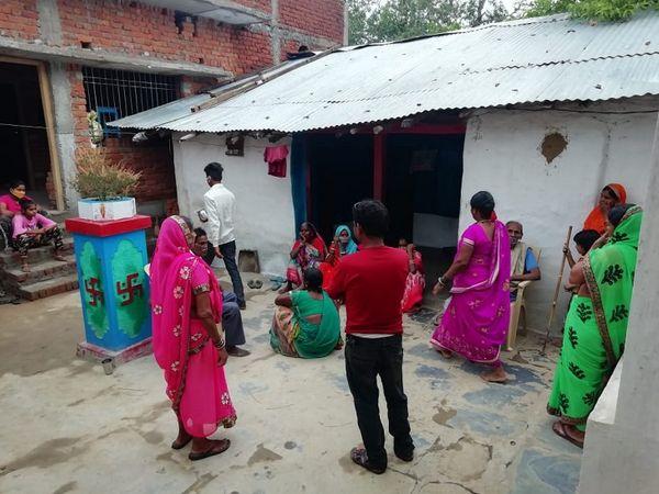 खुदकुशी करने वाली मां और बेटियां कबीर पंथ को मानती थीं। ऐसे में रीति-रिवाज के साथ उनके शवों को गांव में ही पोस्टमार्टम के बाद दफना दिया गया है।