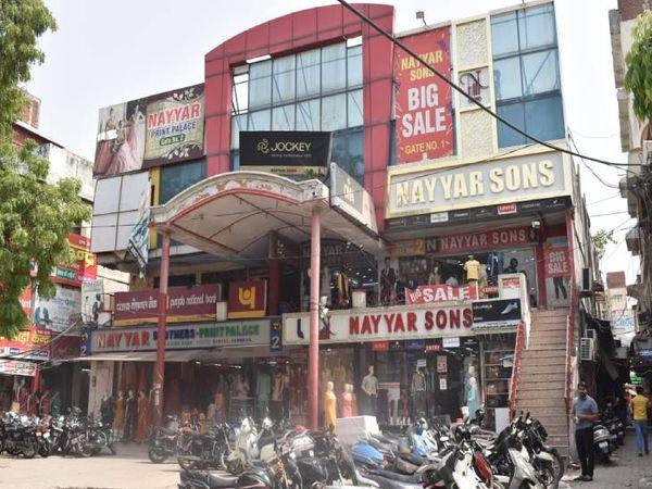 लूटे गए मोबाइल फोन से बदमाशों ने कपड़ा कारोबारी को दी धमकी - Dainik Bhaskar