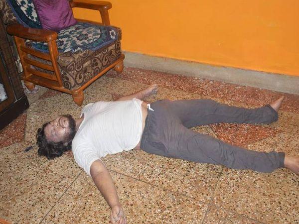 राजेंद्र काछी (33)  का कमरे में फर्श पर पड़ा था शव। - Dainik Bhaskar