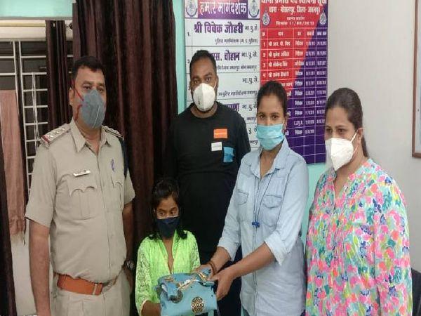 प्रिया काछी को कपड़े और गिफ्ट देकर पुलिस ने परिजनों के सुपुर्द किया।
