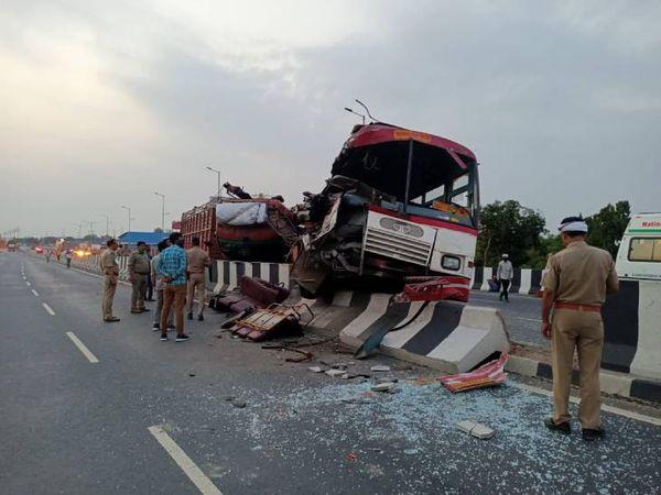 यात्रियों से भरी बस खड़ी DCM से टकरा गई। इसमें 4 लोगों की मौत हो गई। - Dainik Bhaskar