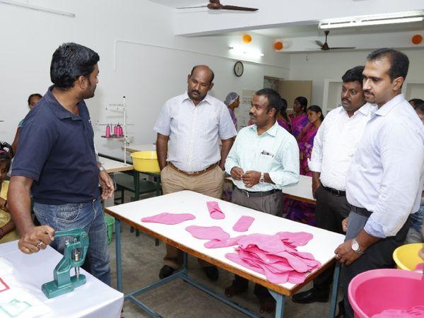सुजाता की टीम के साथी अपने प्रोडक्ट की क्वालिटी के बारे में लोगों को जानकारी देते हुए।