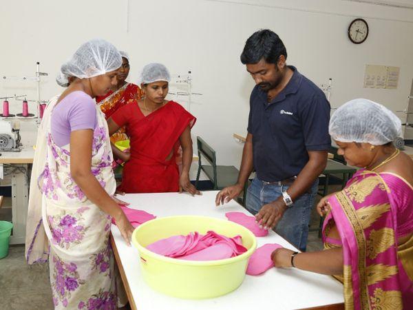 ये महिलाएं सुजाता की टीम में काम करती हैं। इसके लिए इन्हें ट्रेनिंग भी दी गई है।