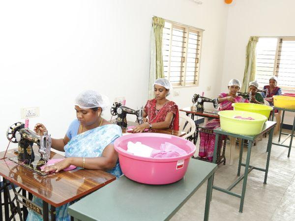 महाराष्ट्र के ठाणे में सुजाता की यूनिट में ये महिलाएं सैनिटरी पैड्स तैयार कर रही हैं।