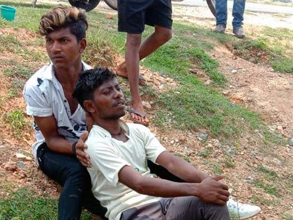 तीनों घायलों का चक्रधरपुर अनुमंडल अस्पताल में प्राथमिक उपचार के बाद दो घायल युवकों को बेहतर इलाज के लिए जमशेदपुर एमजीएम अस्पताल रेफर कर दिया गया। - Dainik Bhaskar
