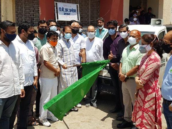 विधायक संदीप शर्मा व दक्षिण नगर निगम आयुक्त कीर्ति राठौड़ ने राहत सामग्री वाहनों को हरी झंडी दिखाकर रवाना किया। - Dainik Bhaskar