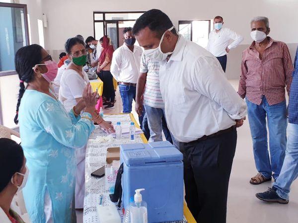 वैक्सीन लगवाने पहुंचे लोग। - Dainik Bhaskar