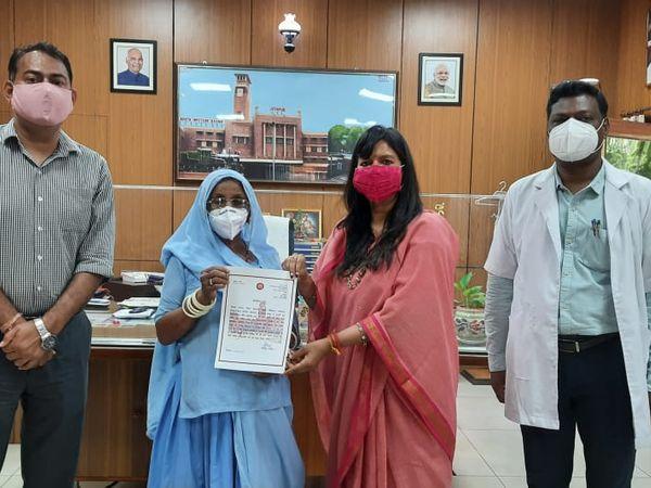 मेडिकल कर्मियों को सम्माति करते अधिकारी। - Dainik Bhaskar