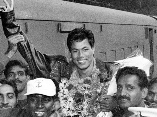 एशियन गेम्स में गोल्ड मेडल जीतने के बाद भारत में डिंको का कुछ इस प्रकार स्वागत हुआ।