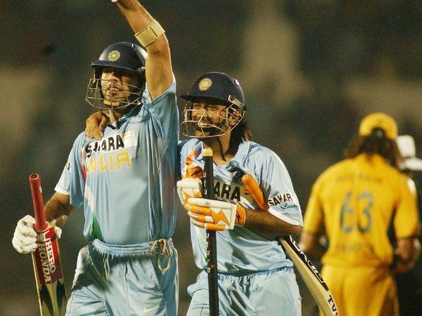 2007 टी-20 वर्ल्ड कप के सेमीफाइनल में ऑस्ट्रेलिया के खिलाफ फिफ्टी लगाने के बाद जश्न मनाते युवराज (बाएं)। साथ में हैं धोनी।