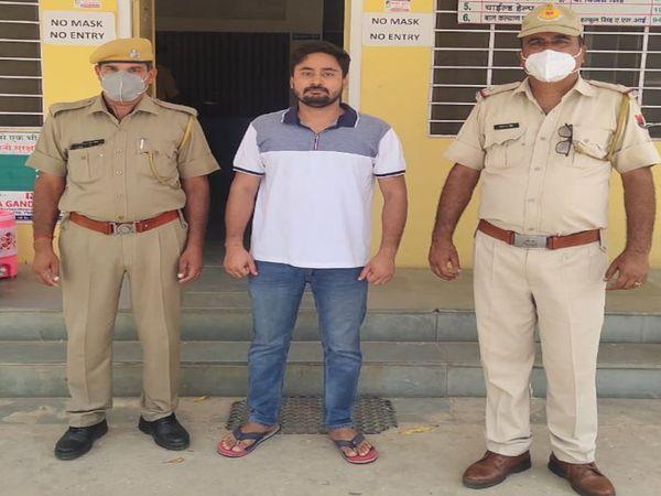 पुलिस गिरफ्त में आरोपी रोशन मू - Dainik Bhaskar