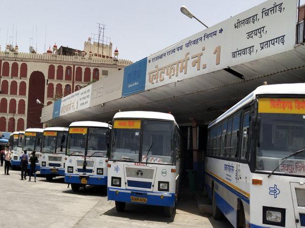 कोरोना के एक्टिव केसों में कमी के बाद एक महीने बाद प्रदेश में बुधवार से रोडवेज बसों का संचालन शुरु हुआ। लेकिन प्रदेश के बाहर अभी बसों की आवाजाही बंद रहेगी। - Dainik Bhaskar