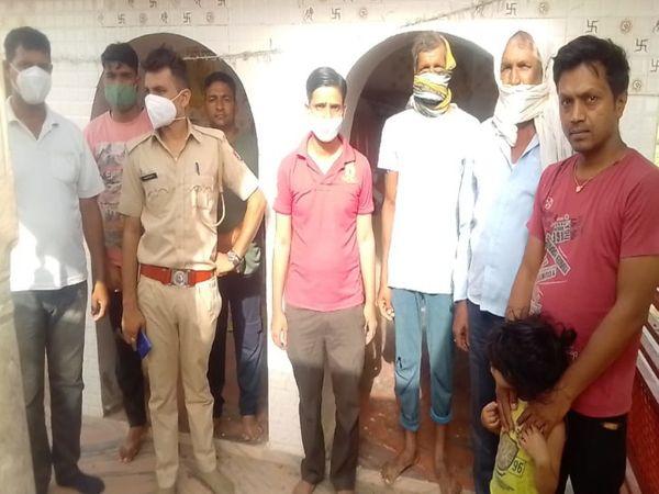 पचलंगी में मंदिर में चोरी की घटना की जानकारी लेती पुलिस। - Dainik Bhaskar