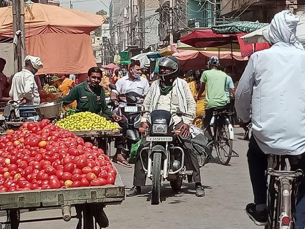 श्रीगंगानगर की सब्जी मंडी में निकले लोग।