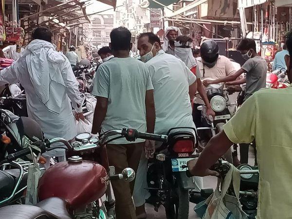 श्रीगंगानगर के तह बाजार में लोगों की भीड़। - Dainik Bhaskar