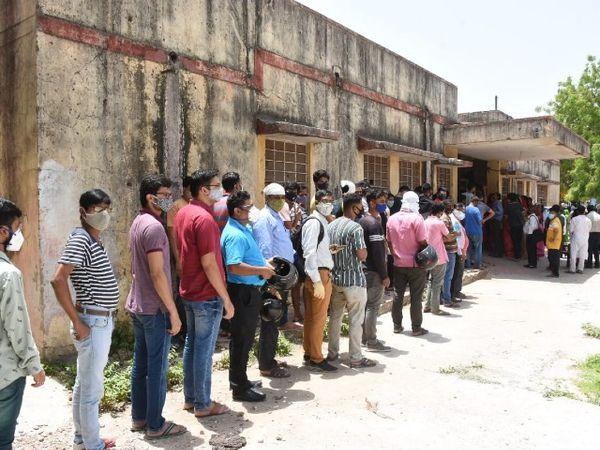 जयपुर के एक वैक्सीनेशन सेंटर पर उमड़ी भीड़। - Dainik Bhaskar