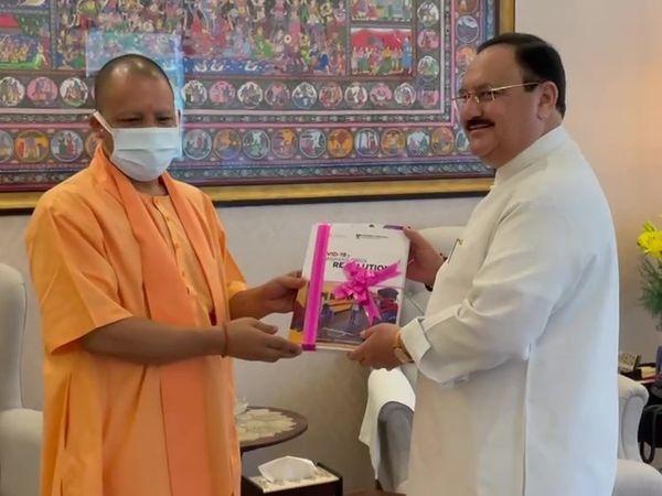 योगी आदित्यनाथ ने BJP के राष्ट्रीय अध्यक्ष जेपी नड्डा से मुलाकात करके उन्हें पुस्तक भेंट की।