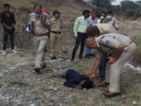 घटना स्थल का निरीक्षण करती पुलिस टीम। - Dainik Bhaskar