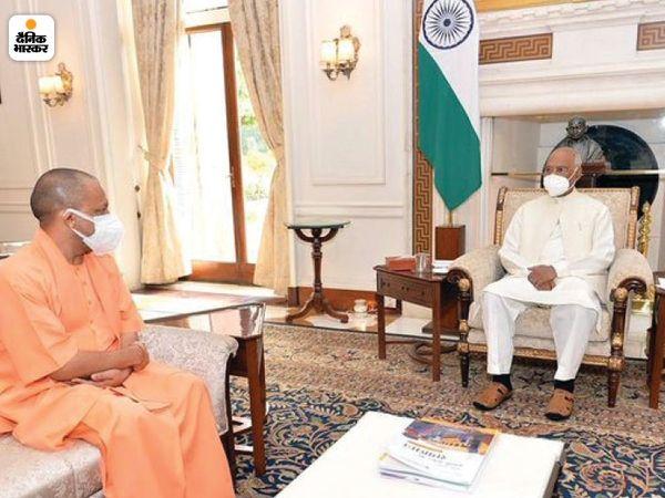 जब शाह और नड्डा प्रधानमंत्री मोदी से UP को लेकर चर्चा कर रहे थे, उसी वक्त योगी राष्ट्रपति कोविंद से मुलाकात करने पहुंचे।