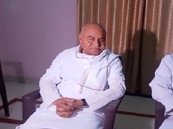 पूर्व मंत्री गोविंद सिंह मीडिया के सामने अपनी बात कहते हुए - Dainik Bhaskar