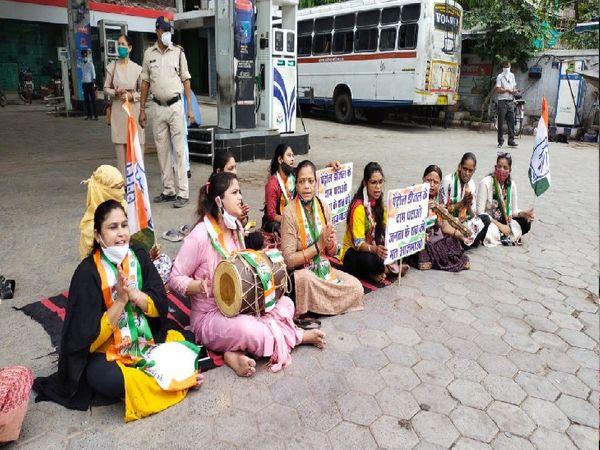 ढाेलक बजाकर महंगाई का विरोध करतीं महिला कांग्रेसी - Dainik Bhaskar
