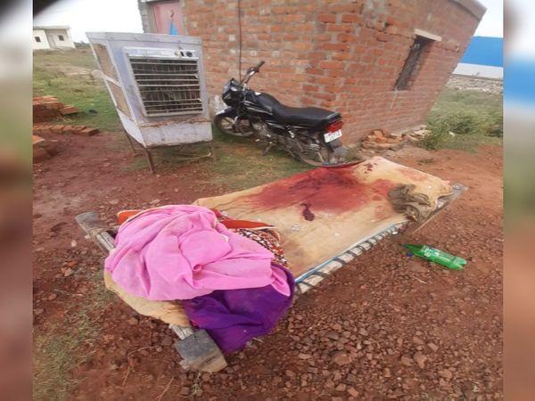 इसी खटिया पर चौकीदार घायल अवस्था में पड़ा था। - Dainik Bhaskar