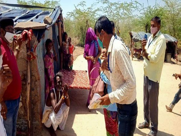 आकेली गांव में वैक्सीन लगवाने को जागरूक करते कर्मचारी। - Dainik Bhaskar