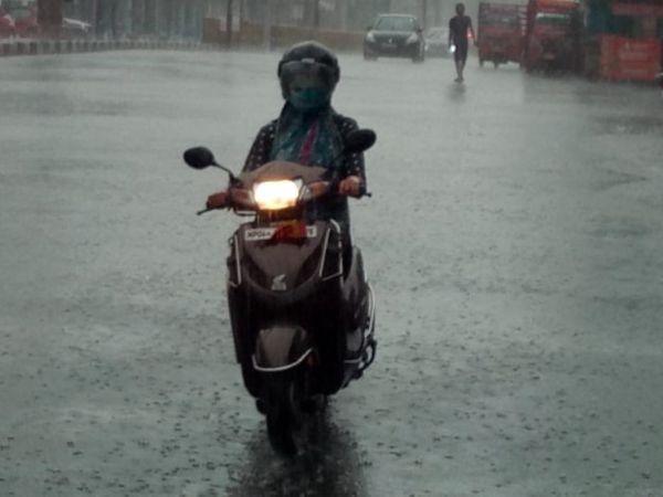 भोपाल में शाम को अचानक बारिश होने से लोगों को पानी से भीगने से बचने का मौका ही नहीं मिला। फोटो - अनिल दीक्षित - Dainik Bhaskar