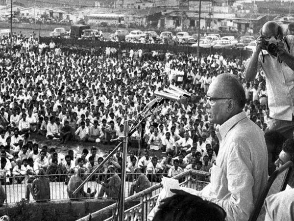 25 जून 1975 को दिल्ली में विशाल जनसभा को संबोधित करते जयप्रकाश नारायण।
