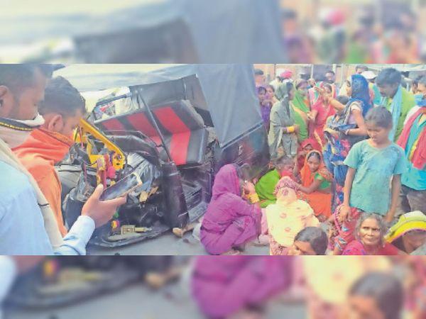 भिखनपुर में सड़क दुर्घटना में दो की मौत के बाद रोते-बिलखते परिजन व सडक जाम कर बैठे लोग। - Dainik Bhaskar