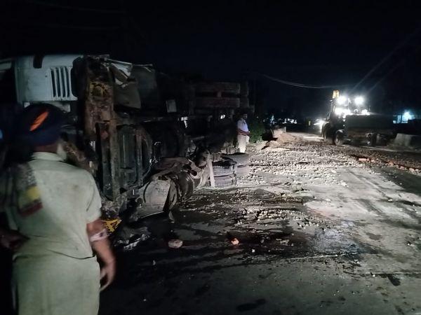 पुली पर पलटा ट्रक व सड़क पर बिखरी बजरी। - Dainik Bhaskar