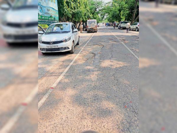 कलेक्ट्रेट परिषद रोड में गड्ढा। - Dainik Bhaskar