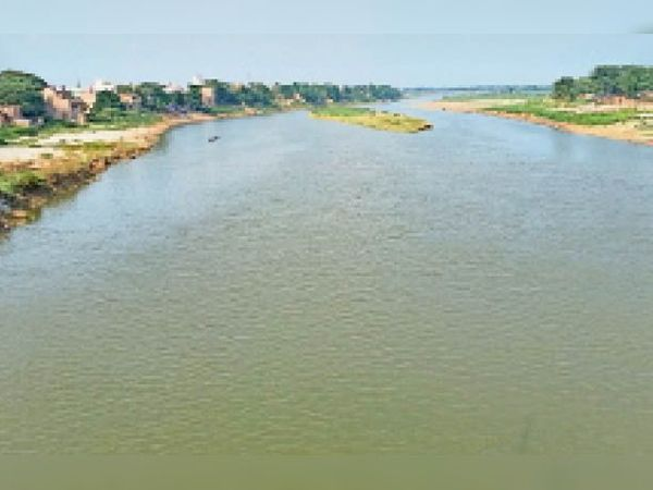 अखाड़ाघाट के पास बूढ़ी गंडक नदी का जलस्तर। फोटो : कुमार उत्तम। - Dainik Bhaskar