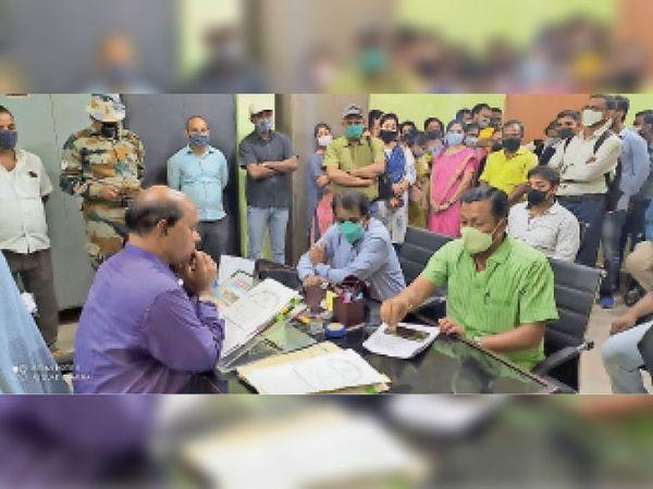 सेवा बहाली के लिए रजिस्ट्रार को अावेदन देते गेस्ट फैकल्टी संघ के सदस्य। - Dainik Bhaskar