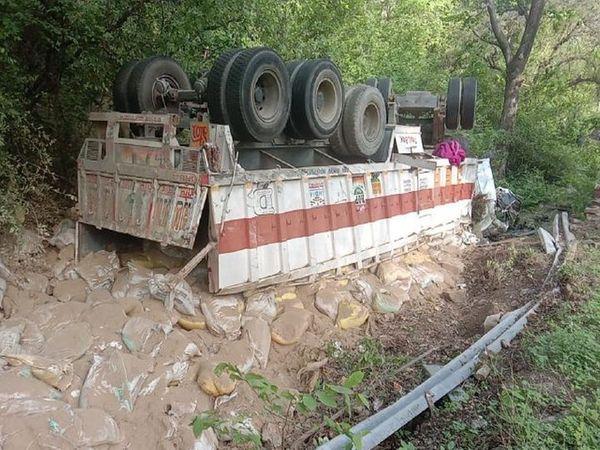 देसूरी नाल में पलटा ट्रक व बिखरे पड़े यूरिया खाद के कट्टें। - Dainik Bhaskar