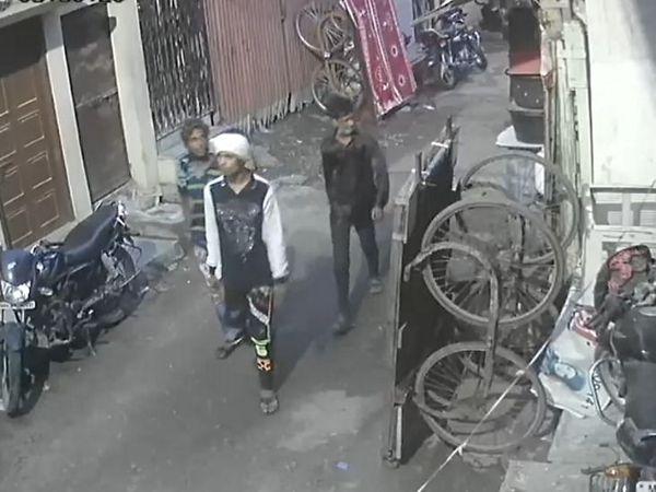 तीनों चोर आराम से घूम-घूमकर घरों की रैकी करते रहे।