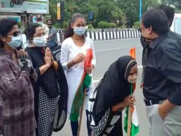महिला कार्यकर्ताओं ने भी अपने नेता को नमन किया।